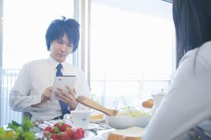 朝食を食べる夫婦の写真素材 [FYI04263236]