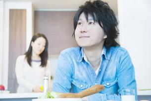 朝食を食べる夫婦の写真素材 [FYI04263242]