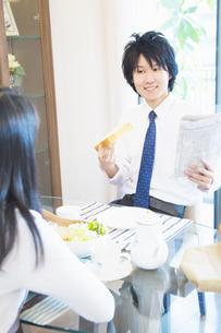 朝食を食べる夫婦の写真素材 [FYI04263252]