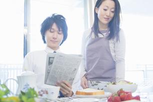 朝食を食べる夫婦の写真素材 [FYI04263261]