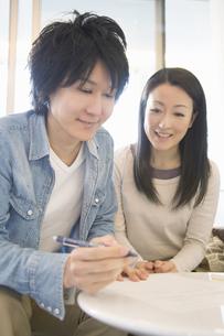 契約を交わすカップルの写真素材 [FYI04263280]