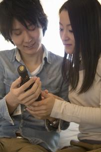 ワインを選ぶカップルの写真素材 [FYI04263321]