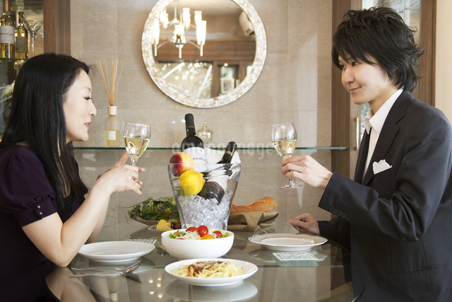 ディナーを楽しむカップルの写真素材 [FYI04263325]