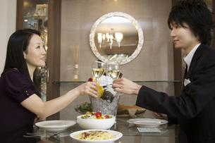 ディナーを楽しむカップルの写真素材 [FYI04263326]