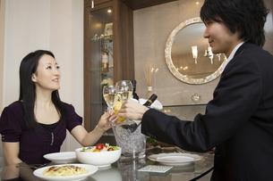 ディナーを楽しむカップルの写真素材 [FYI04263330]