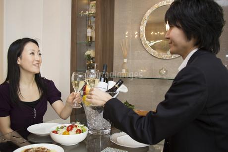 ディナーを楽しむカップルの写真素材 [FYI04263331]