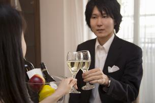 ディナーを楽しむカップルの写真素材 [FYI04263332]