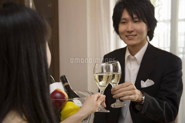 ディナーを楽しむカップルの写真素材 [FYI04263333]