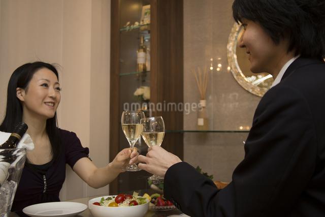 ディナーを楽しむカップルの写真素材 [FYI04263334]