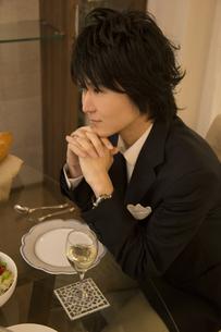 ディナーを楽しむ男性の写真素材 [FYI04263337]