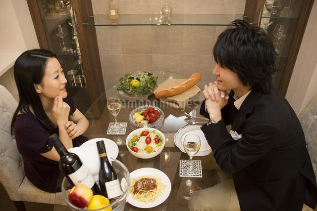 ディナーを楽しむカップルの写真素材 [FYI04263338]