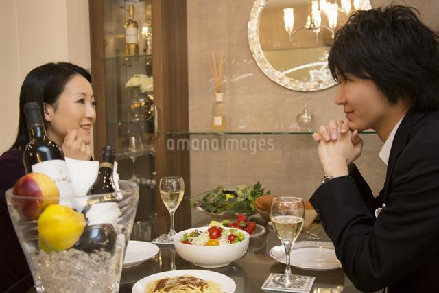ディナーを楽しむカップルの写真素材 [FYI04263339]