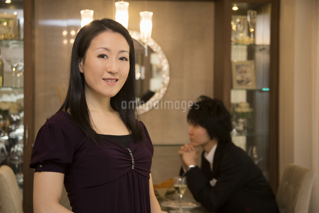 ディナーを楽しむカップルの写真素材 [FYI04263340]