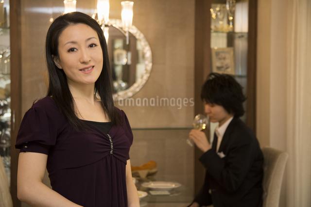 ディナーを楽しむカップルの写真素材 [FYI04263342]
