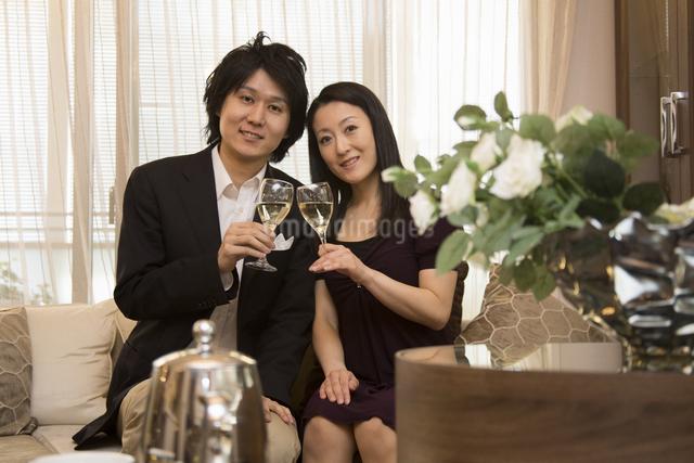 ディナーを楽しむカップルの写真素材 [FYI04263347]
