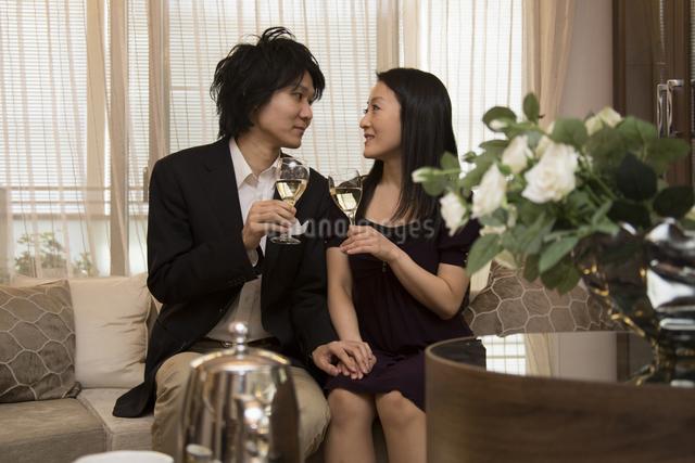 ディナーを楽しむカップルの写真素材 [FYI04263348]
