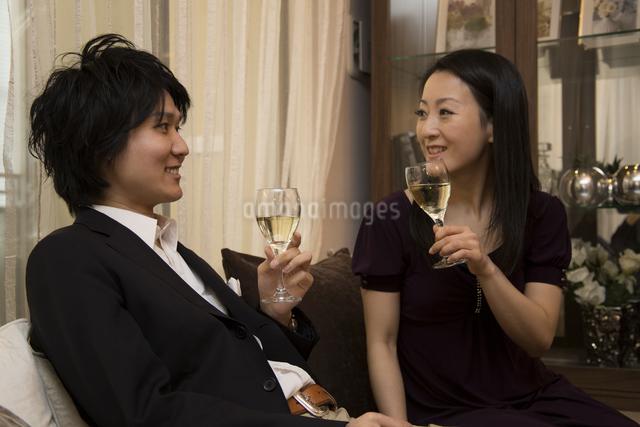 ディナーを楽しむカップルの写真素材 [FYI04263350]