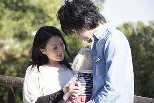 公園で散歩するカップルの写真素材 [FYI04263352]