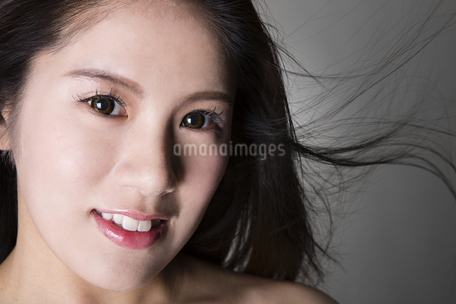 女性のポートレートの写真素材 [FYI04263374]