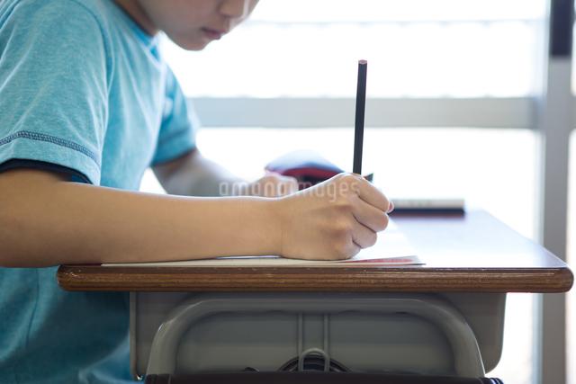 教室で勉強する男の子の写真素材 [FYI04263736]