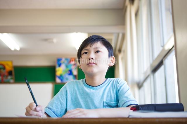 教室で勉強する男の子の写真素材 [FYI04263738]