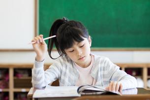教室で勉強する女の子の写真素材 [FYI04263775]