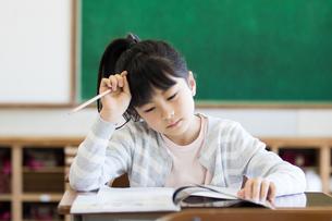 教室で勉強する女の子の写真素材 [FYI04263778]