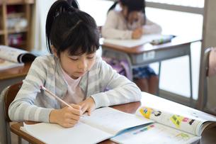 教室で勉強する小学生の写真素材 [FYI04263781]