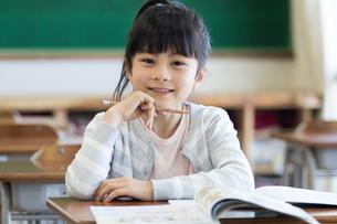 教室で勉強する女の子の写真素材 [FYI04263782]
