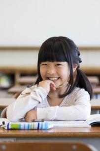 教室で勉強する小学生の写真素材 [FYI04263784]