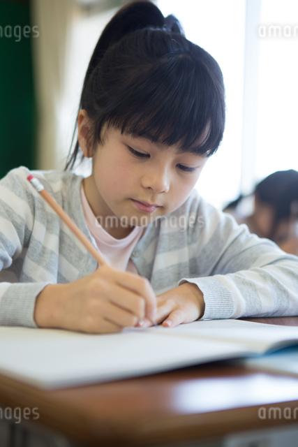 教室で勉強する小学生の写真素材 [FYI04263788]