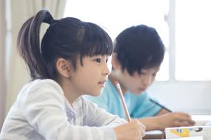 教室で勉強する小学生の写真素材 [FYI04263795]