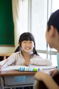 教室で勉強する小学生の写真素材 [FYI04263824]