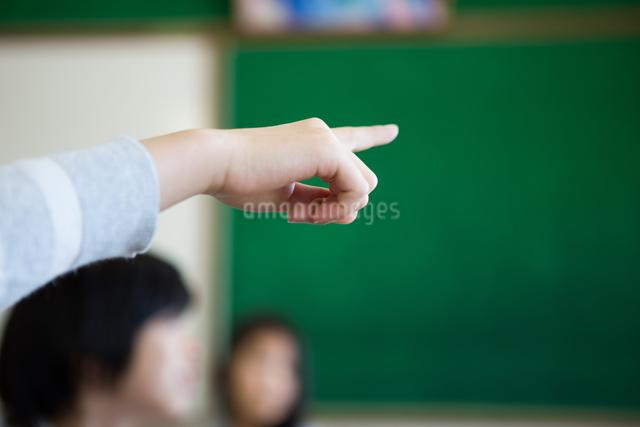 教室で勉強する小学生の写真素材 [FYI04263826]