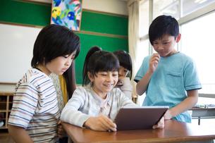 タブレットを使う小学生の写真素材 [FYI04263839]