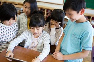 タブレットを使う小学生の写真素材 [FYI04263840]