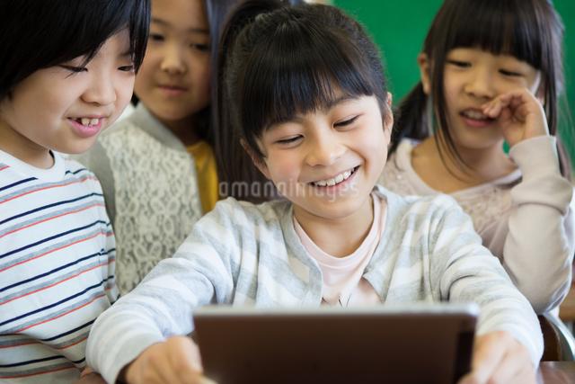 タブレットを使う小学生の写真素材 [FYI04263841]
