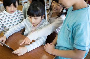 タブレットを使う小学生の写真素材 [FYI04263842]