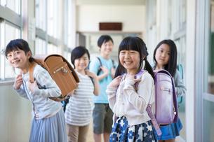 ランドセルを背負った小学生の写真素材 [FYI04263938]