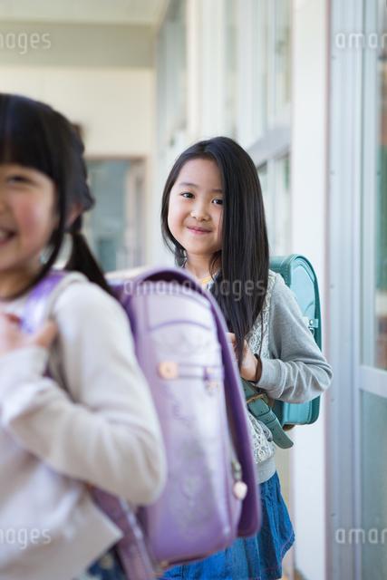ランドセルを背負った小学生の写真素材 [FYI04263940]
