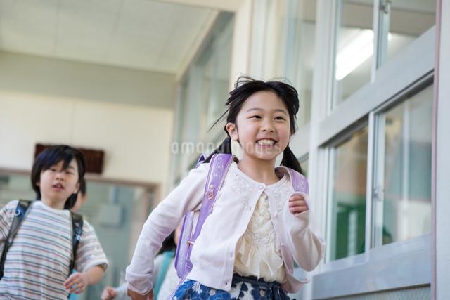 ランドセルを背負った小学生の写真素材 [FYI04263951]