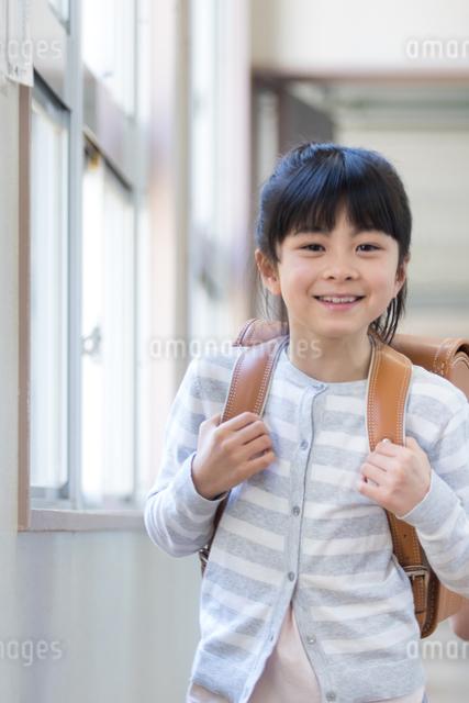 ランドセルを背負った小学生の写真素材 [FYI04263957]