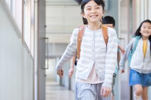 ランドセルを背負った小学生の写真素材 [FYI04263962]