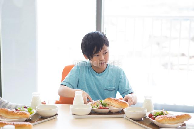 給食を食べる小学生の写真素材 [FYI04263980]