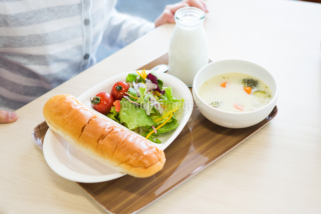 給食を食べる小学生の写真素材 [FYI04263986]