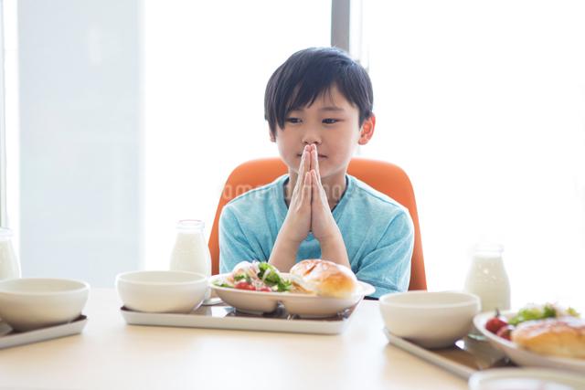 給食を食べる小学生の写真素材 [FYI04263993]