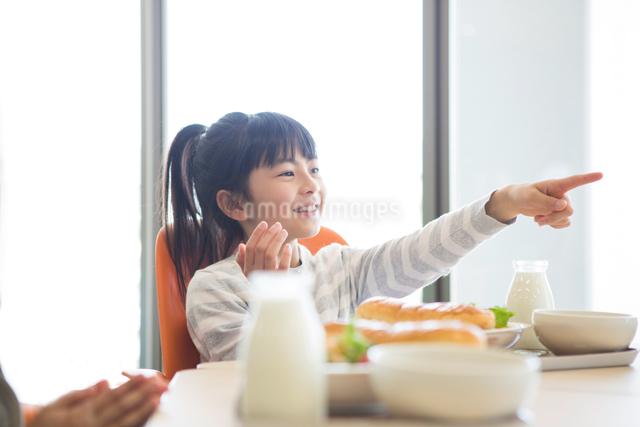 給食を食べる小学生の写真素材 [FYI04263997]