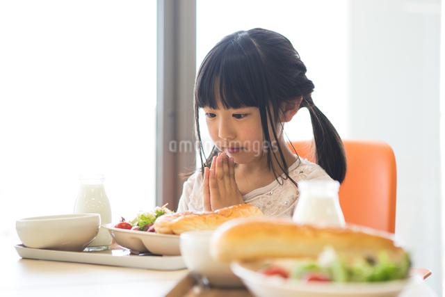 給食を食べる小学生の写真素材 [FYI04264001]