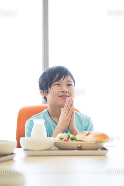 給食を食べる小学生の写真素材 [FYI04264002]