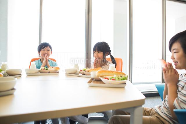 給食を食べる小学生の写真素材 [FYI04264005]